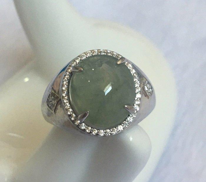 老坑冰玻種,翡翠大蛋面戒指,搭配925銀k金鋯石活動戒台,水頭非常飽滿冰透,放光起膠果凍感,非常優雅大方迷人的一個戒指,值得收藏