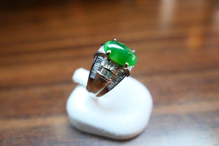 [吉宏精品交流中心]A貨 綠色 蛋面 天然翡翠 白K金 造型 戒指(附證書)
