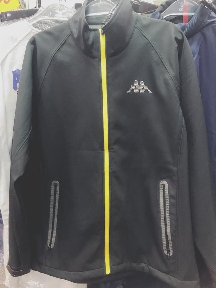 KAPPA 男 運動休閒外套 立領外套  平織  內刷棉 鯊魚皮感 防風 防潑水 C416-4017-8 黑 現貨