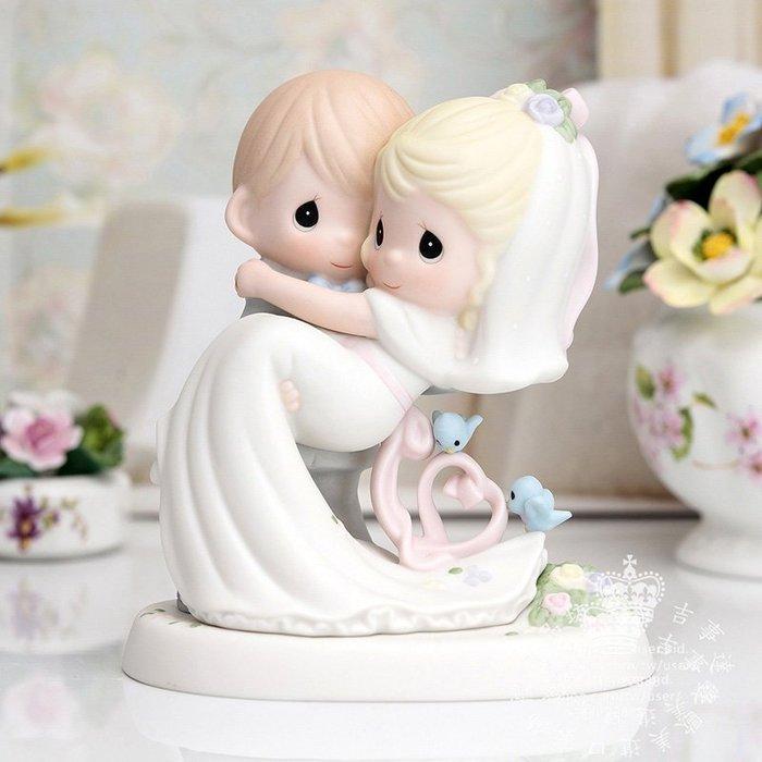【吉事達】結婚生日禮品 美國Precious Moments 珍貴時刻水滴娃娃手繪瓷偶~永遠的幸福