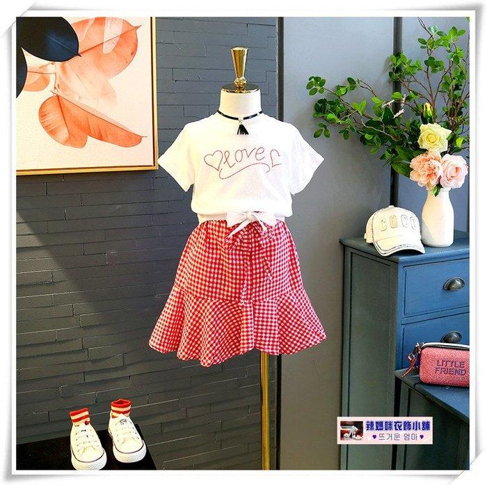 •*~ 辣媽咪衣飾小舖 ~*•❤童裝系列❤V220646韓版小女孩印花LOVE蝴蝶結短袖上衣+格子短裙二件套套裝