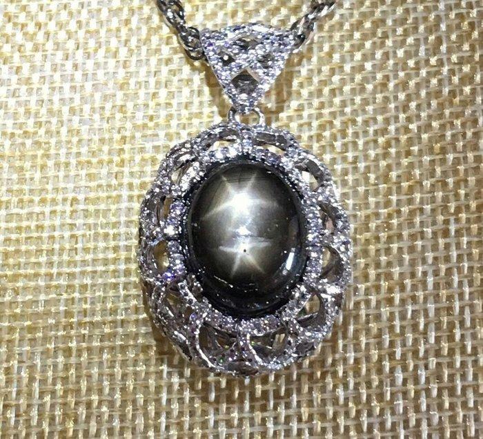 珍奇翡翠珠寶首飾-天然黑金色星光藍寶石19.5克拉。罕見雙星。雙星線強烈明顯。搭配925銀白k鋯石,奢華設計墜台