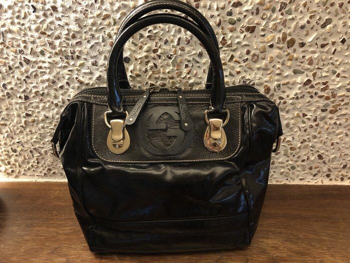 Gucci黑色漆皮手提包