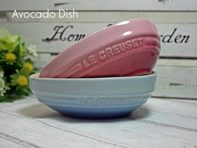 ⊶謎人優雅⊷法國《Le Creuset》田園系列 酪梨造形瓷器深盤 餐盤 沙拉碗/薔薇粉 另有巧克力 櫻桃紅 限量現貨