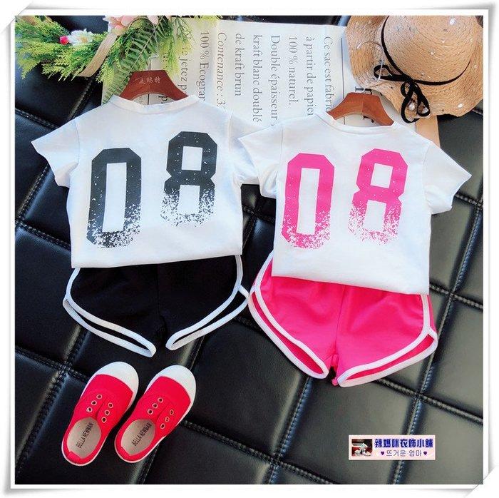•*~ 辣媽咪衣飾小舖 ~*•❤童裝系列❤V930663韓版洋氣休閒帥氣時髦數字短袖上衣+短褲二件套套裝