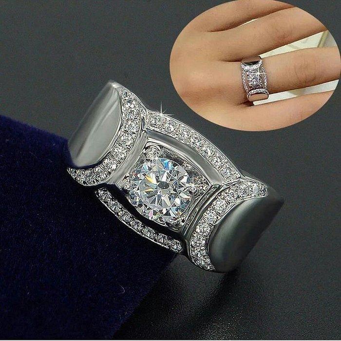 高仿真人氣旺鑽戒豪紳925純銀鍍鉑金指環 鑲嵌高碳鑽1克拉男士戒指 精工寬版微鑲鑽戒高碳莫桑鑽鑽石  FOREVER鑽寶
