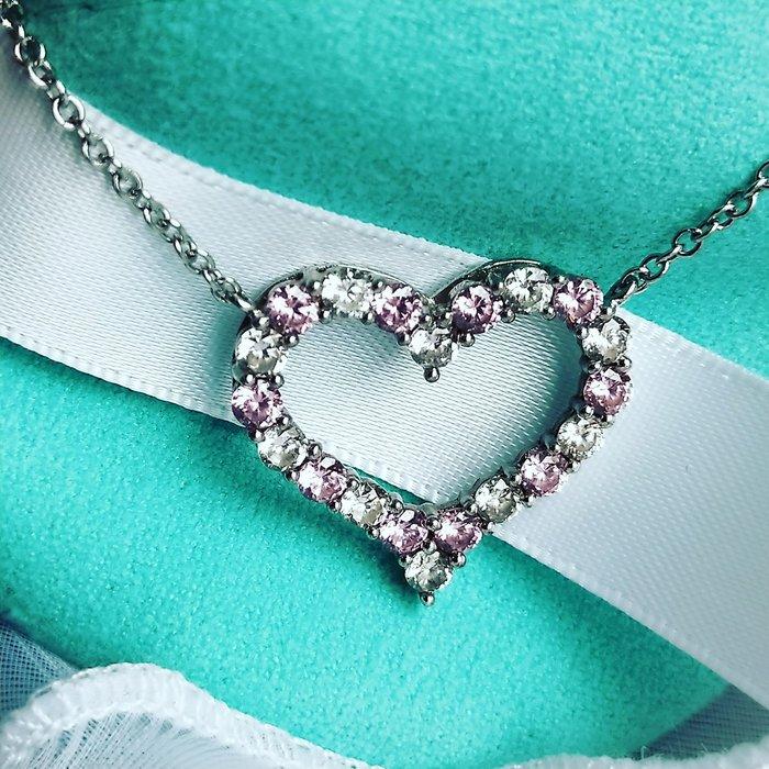 粉色鑽石心型項鍊925銀包白金鑲高碳鑽T家招桃花好運不過敏不退色不勾衣物可洗澡睡覺情人節禮物高仿真純銀首飾莫桑鑽寶超低價