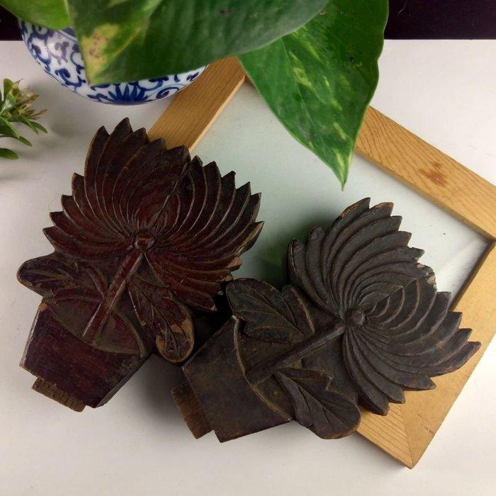 「糖巷老銀飾」❄老木雕菊花一對