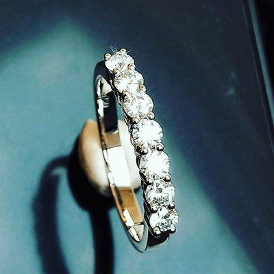 線戒排戒7顆0.1克拉進口莫桑鑽寶精心設計 14k金玫瑰金鉑金戒檯可選色 視覺雅緻鑲鑽石戒指求婚 結婚情人節禮物莫桑石 ZB莫桑鑽寶特價訂製