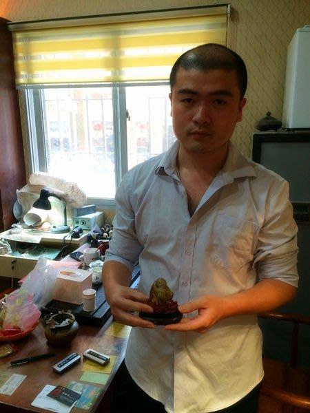 名雕刻藝人:許瀚洋~~國寶壽山石精品擺件---- 結晶性芙蓉石『河伯出巡』 潔淨 通靈 工細
