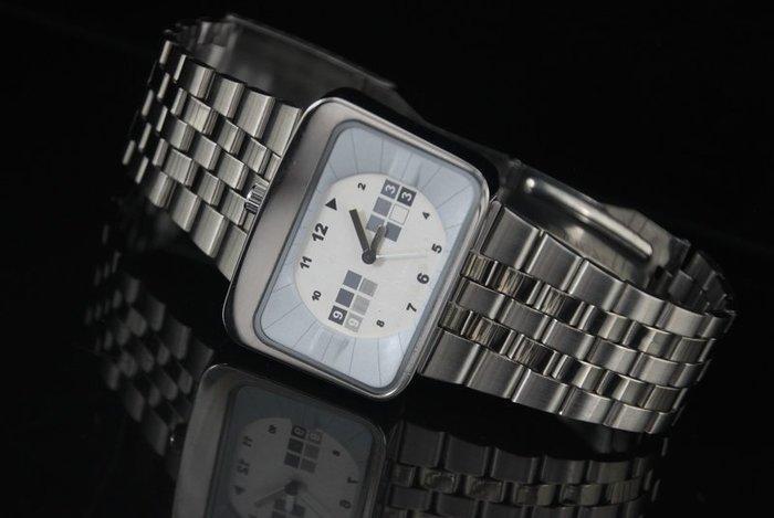 艾曼達精品~XXcom 特殊TV 造型石英錶,不鏽鋼單折扣表帶