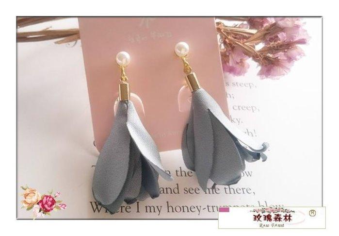 玫瑰森林-- ☆°* 美麗嚴選~ 夢幻浪漫 燒捲邊布花  珍珠螺旋夾 無耳洞耳夾耳環(灰藍)