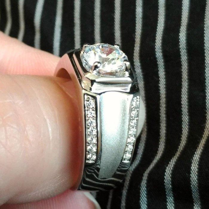 新款磨砂925純銀鍍鉑金指環 鑲嵌極光十心十箭鑽1克拉男士戒指 寬版大器 鑽戒逼真高碳仿真鑽石  FOREVER鑽寶