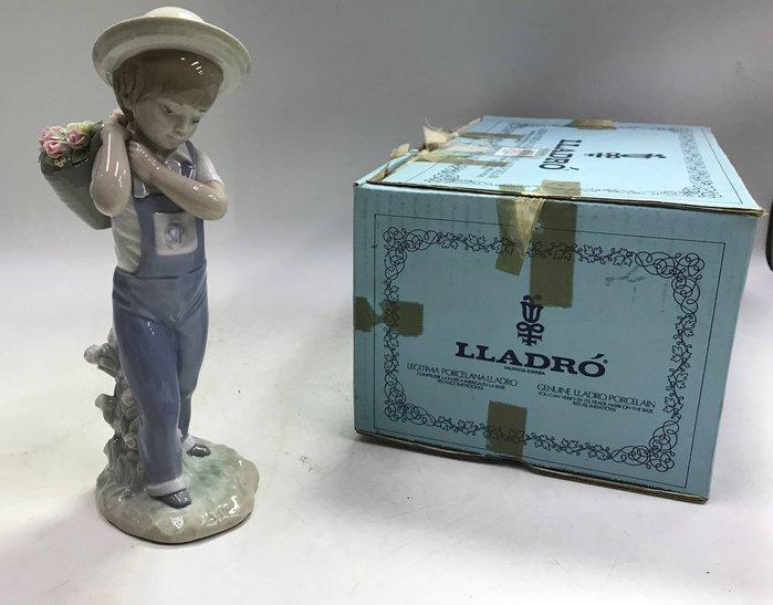 【藏舊尋寶屋】西班牙名瓷 Lladró雅緻 瓷偶《吊帶褲採花少年》附紙盒※708230726149D※〈歐洲頂級 手工名