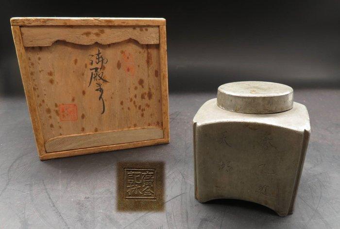 【藏舊尋寶屋】古中國 清末年間造 廣全款 題字 錫茶罐 附木盒 ※703160309257D※〈茶道.古董〉