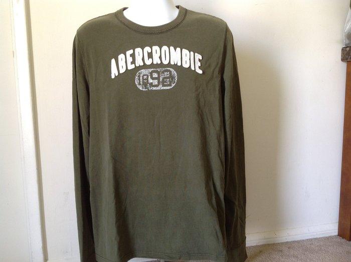 【天普小棧】AF A&F Abercrombie&Fitch Logo Graphic Tee貼布圓領長袖T恤軍綠XL