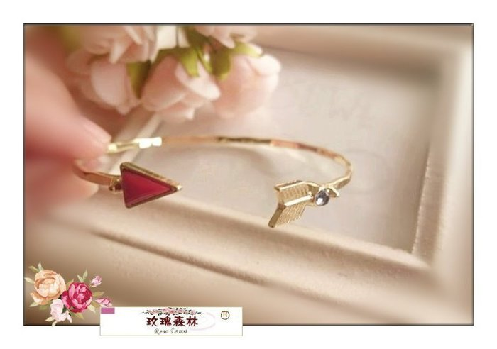玫瑰森林-- ☆°* 美麗嚴選~歐美時尚 紅色弓箭頭  開口手環款 (特價)
