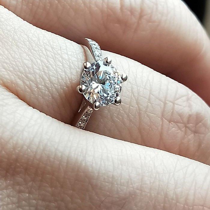 0.5克拉小資女極光仿真鑽石高碳鑽戒求婚訂婚結婚特價圓夢鑽石百年經典戒指T款六爪戒臂鑲鑽925銀包金鉑金質感媲美真鑽鑽寶