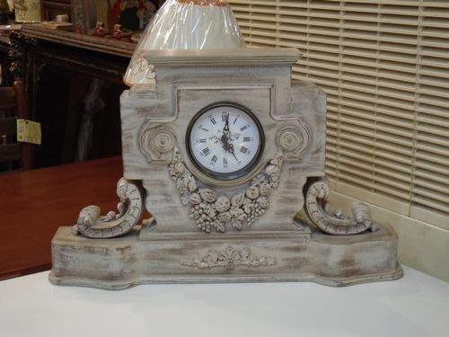 OUTLET限量低價出清全新 古典 艾蜜莉 雕刻刷舊白桌鐘/擺飾-- 入宅/開店/民宿/商業空間