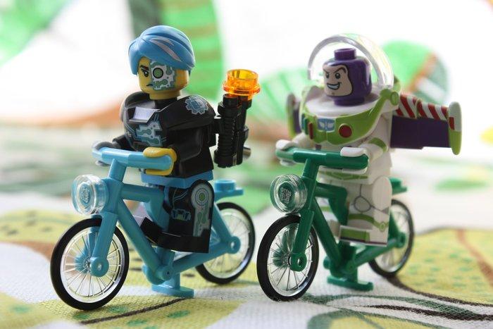 現貨【LEGO 樂高】全新正品 超可愛樂高LEGO人偶專用腳踏車~附平面透明頭燈(無附人偶)71012 | 天藍色腳踏車