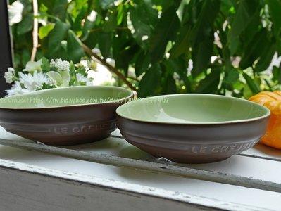 ⊶謎人優雅⊷法國《Le Creuset》田園系列 酪梨造形瓷器深盤 餐盤 沙拉碗/巧克力 另有櫻桃紅 薔薇粉 限量現貨