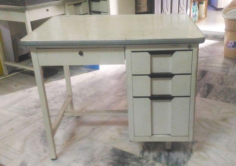 二手鐵製辦公桌一個只三成新喔(此商品為代售僅提供面交自取)