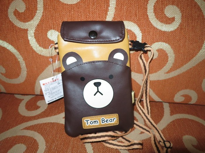 ///可愛娃娃///~正版超可愛的Tom Bear湯姆熊皮質手機票卡套~手機袋~附背帶可調整---約17公分