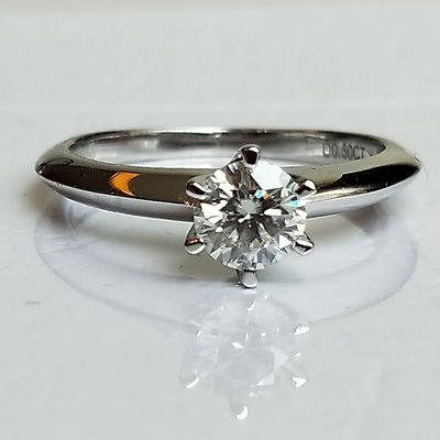 禮物求婚戒指 鑽戒0.6克拉圓夢鑽石 高碳鑽媲美真鑽 肉眼難辨 百年經典戒指T款六爪鉑金質感十心十箭極光仿真鑽石ZB鑽寶