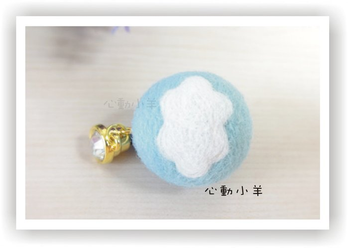 心動小羊^^羊毛氈藍底白雲手機吊飾,具有防塵與螢幕擦拭 (純羊毛製品)