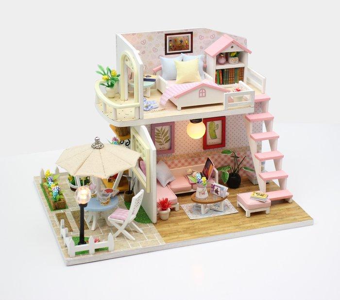 【童妡小屋 】 粉黛閣樓升級版 入門款木製模型 DIY小屋袖珍屋 附LED燈 防塵罩