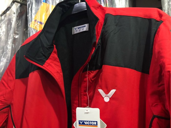 ◇ 羽球世家◇【外套風衣】勝利防風 內裏鋪棉 保暖外套 運動外套L號 VICTOR 黑紅配色