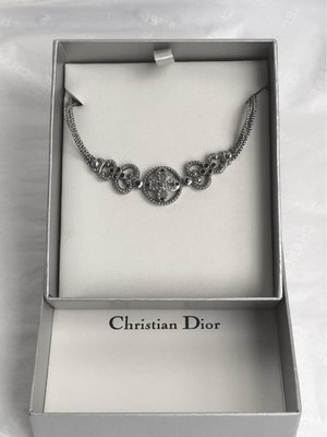 DIOR 宮廷風復古銀色花卉鑲黑寶石三鏈式項鍊