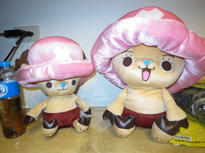 ///可愛娃娃///~中型12吋正版可愛的海賊王喬巴坐姿絨毛娃娃2款~戴帽喬巴~圓眼~睫毛眼---約30公分