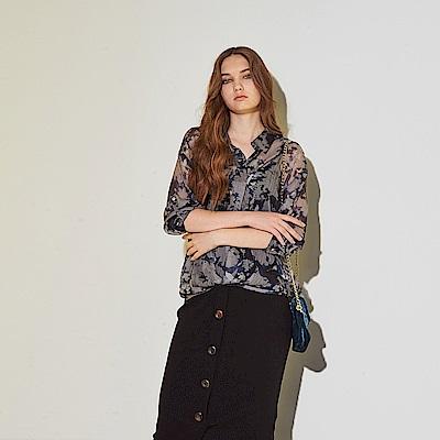 ICHE 衣哲 輕時尚印花微透視感下擺抽繩空氣感造型上衣-藍
