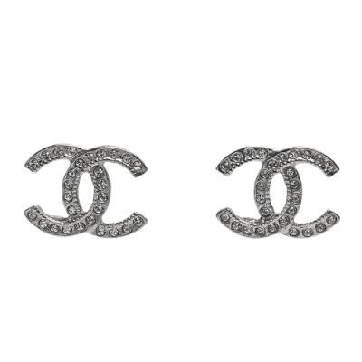 CHANEL 經典水鑽排列鑲飾雙C LOGO造型穿式耳環(銀)