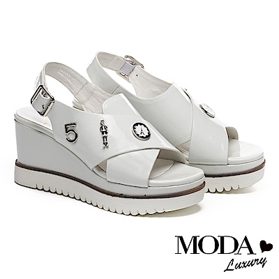 涼鞋 MODA Luxury 玩味飾釦裝飾皺漆牛皮交叉帶厚底楔型涼鞋-米白