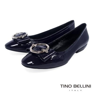 Tino Bellini亮澤牛漆皮金屬釦低跟娃娃鞋_深藍