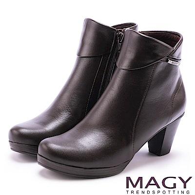MAGY 經典復古樂活 白鑽LOGO牛皮粗跟短靴-咖啡