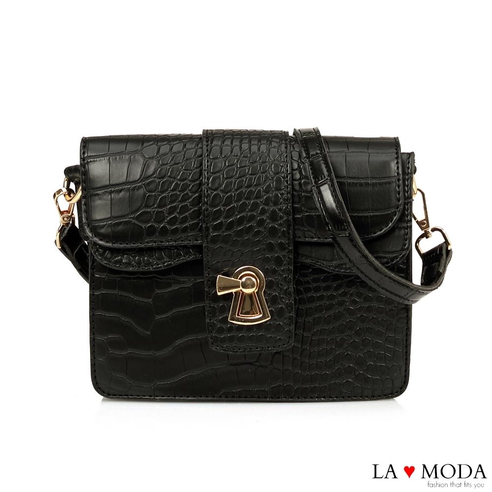 La Moda 精品Look蛇紋壓紋亮皮創意釦飾肩背斜背小方包(黑)