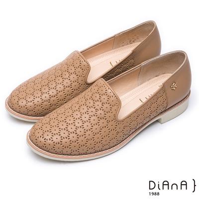 DIANA 漫步雲端焦糖美人款 —壓紋金屬側飾釦真皮圓頭低跟鞋-棕
