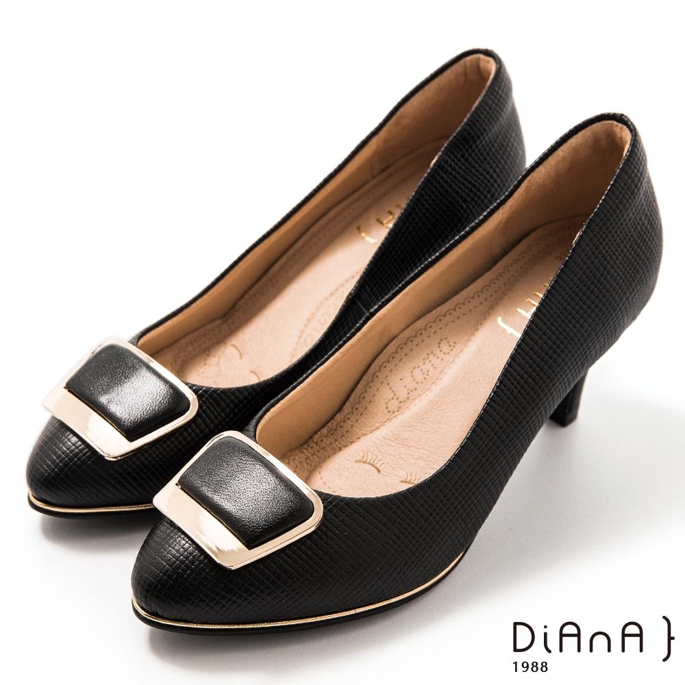 DIANA 6.5 cm格紋羊皮金屬斜角方釦飾圓尖頭跟鞋-漫步雲端焦糖美人-黑