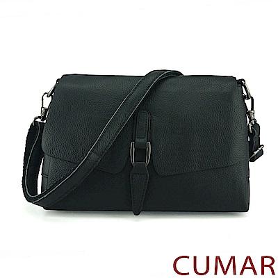 CUMAR 荔枝紋牛皮曲線飾釦斜背包-黑