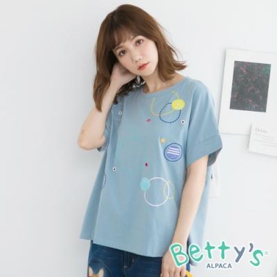 betty's貝蒂思 鐵扣繡線造型T-shirt(淺藍)