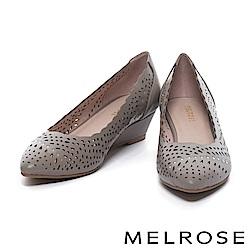 低跟鞋 MELROSE 典雅晶鑽沖孔牛皮尖頭楔型低跟鞋-可可