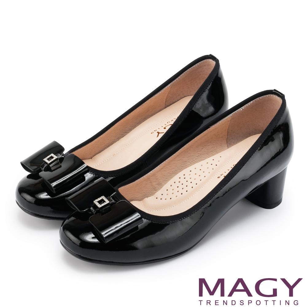 MAGY 甜美舒適款 蝴蝶結水鑽方釦牛皮粗跟鞋-黑色