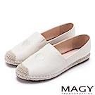 MAGY 輕甜休閒時尚 愛心刺繡牛皮麻編平底鞋-米色