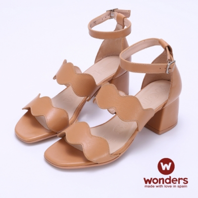 WONDERS -水波曲線後帶繞踝粗跟涼鞋-卡其色