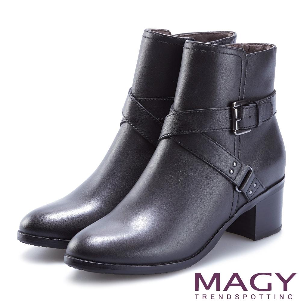 MAGY 紐約時尚步調 交叉皮帶牛皮粗跟短靴-黑色