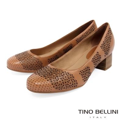 Tino Bellini巴西進口典雅雕花舒足中跟鞋_駝