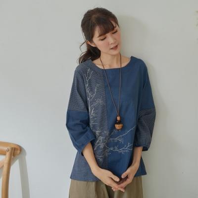 慢 生活 條紋拼接刺繡上衣- 深藍/白